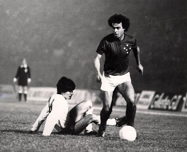 Joãozinho, do Cruzeiro, disputando lance com jogador do River Plate, durante o último jogo da final da Taça Libertadores da América de Futebol, no Estádio Nacional.
